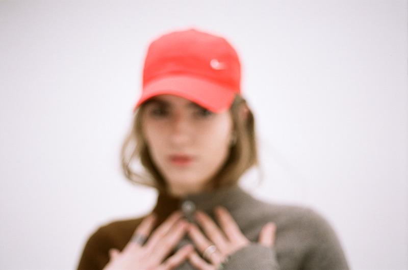 bülow press photo outside wearing a red hat (blurry).