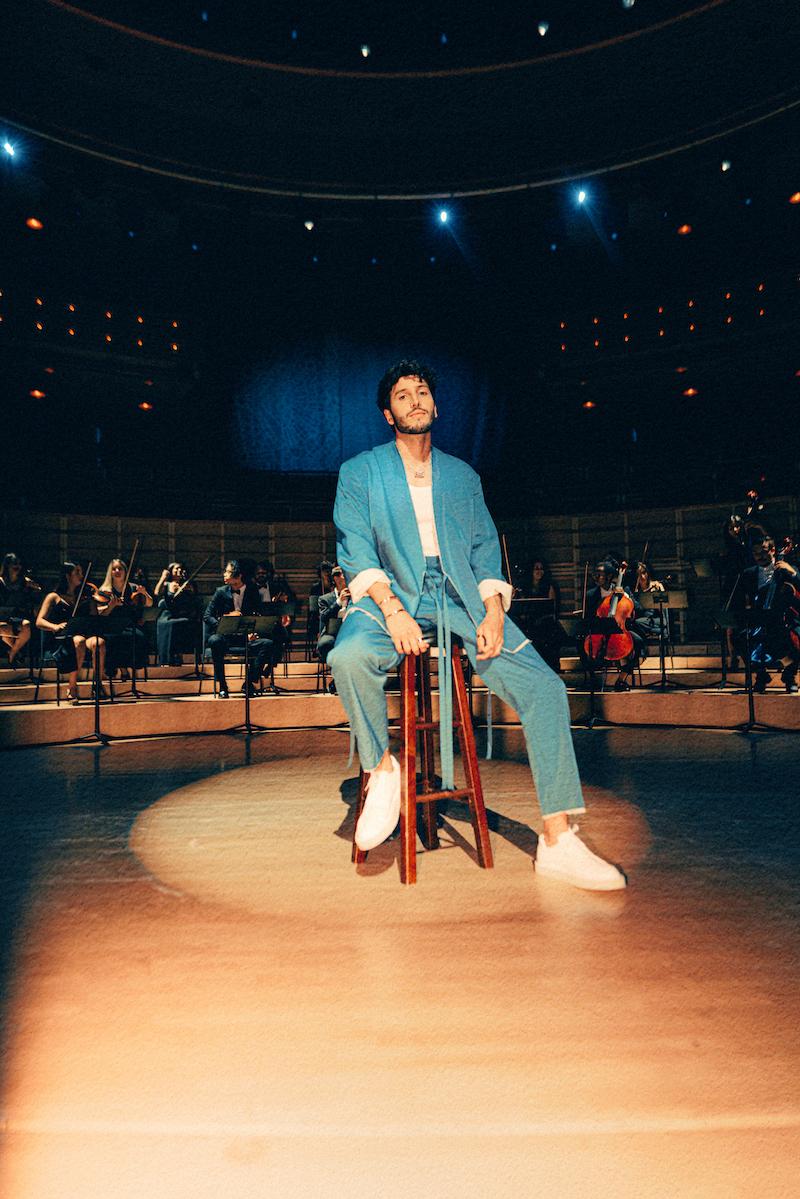 "Sebastián Yatra - ""Pareja del Año"" music video press photo taken in the Adrienne Arsht Center theater in Miami, Florida."
